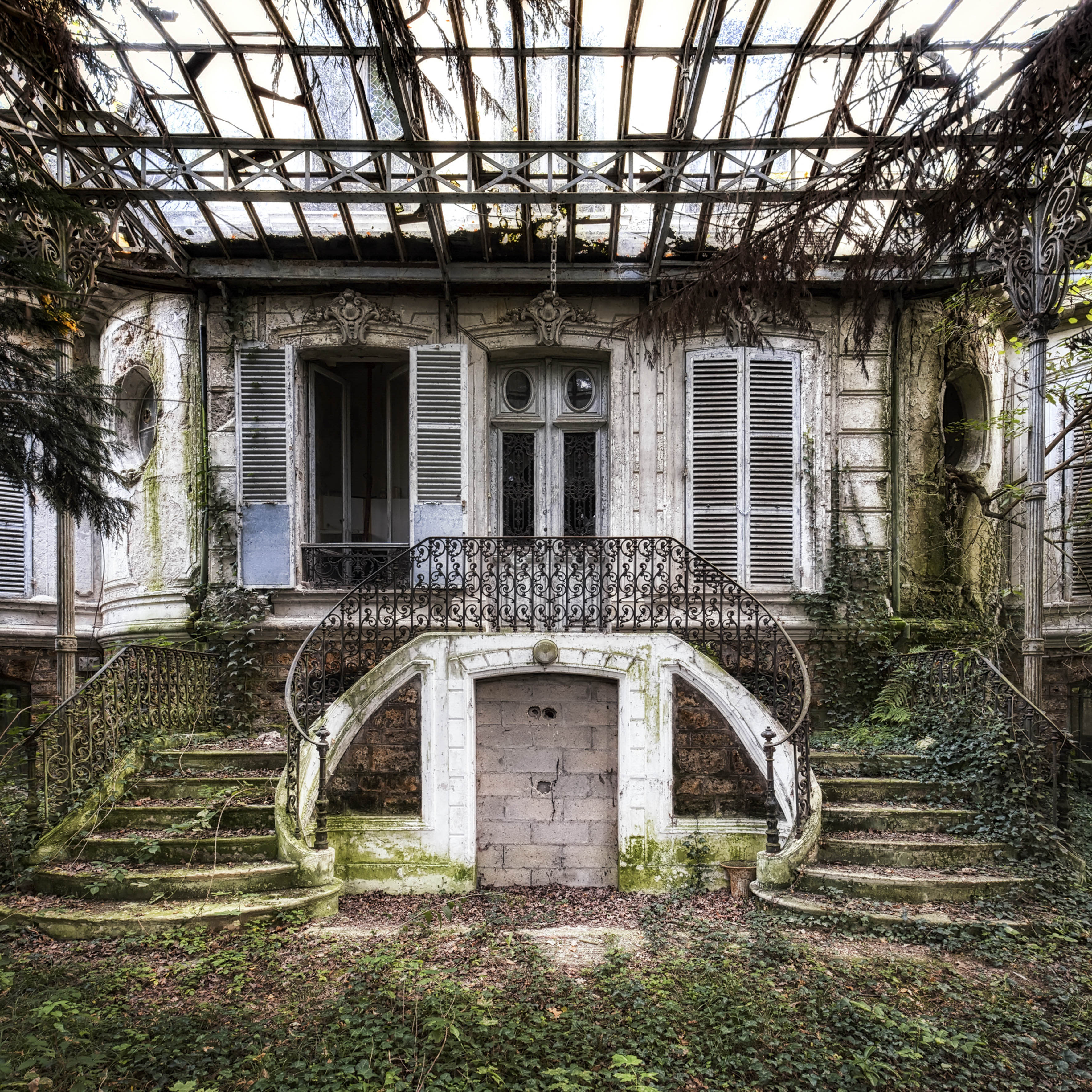 <p>Leaves and ivy take over a veranda in France. (Photo: James Kerwin/Caters News) </p>
