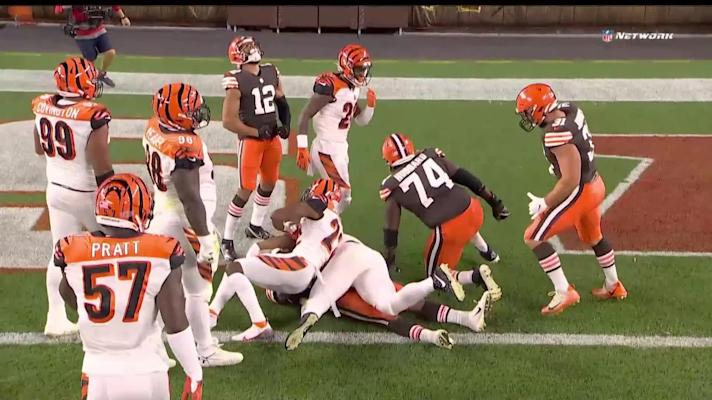 Nick Chubb muscles threw barrage of defenders on physical TD run