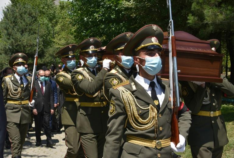 Armenian servicemen carry the coffin of Major Garush Hambardzumyan, who was killed during the clashes (AFP Photo/Karen MINASYAN)