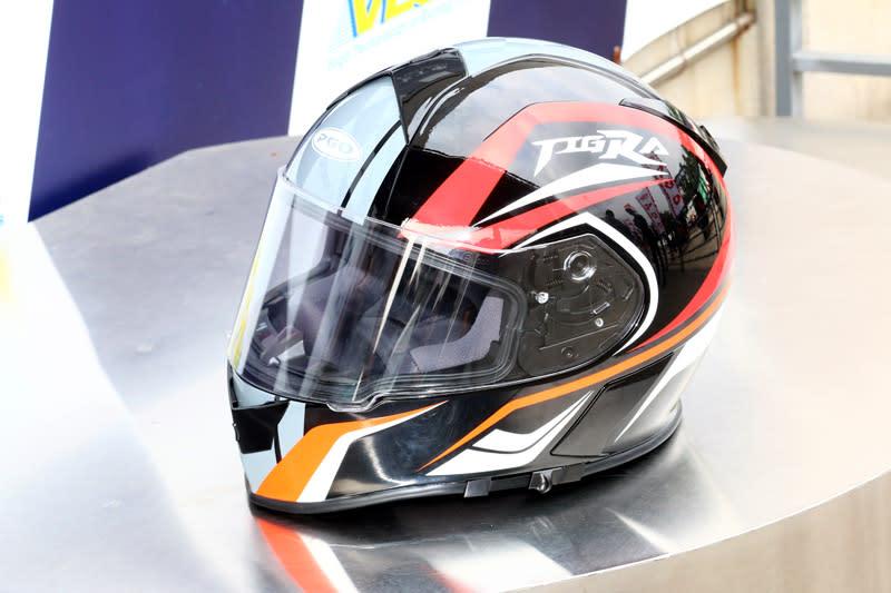 即日起現金購車就可獲得Tigra紀念款安全帽(TORC頭槌帽)。