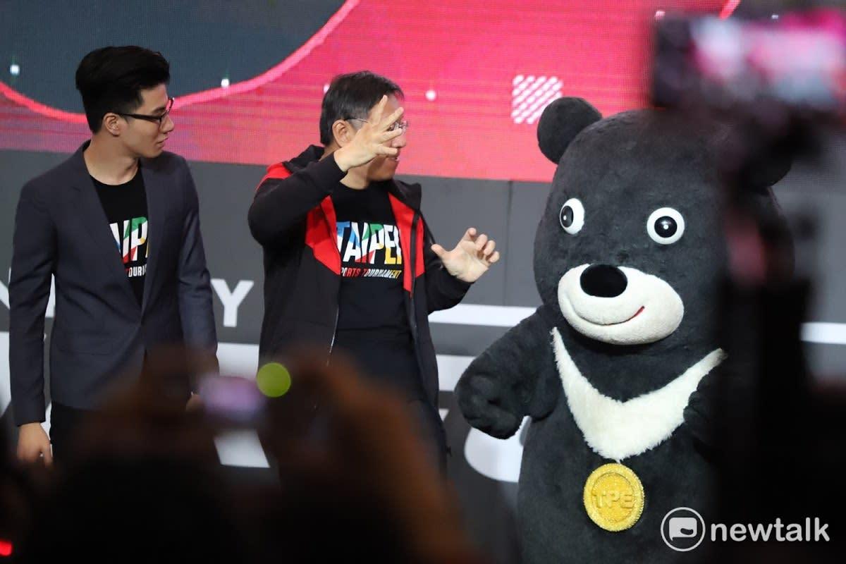電競嘉年華頒獎插曲!柯P與熊讚在台上大戰.