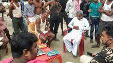 Aldeia indiana mantém crocodilo refém durante horas em protesto