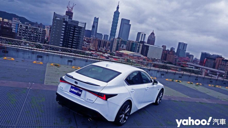 跑格煉成陣下的折衷之作!2021 Lexus小改款IS300h F Sport試駕 - 5