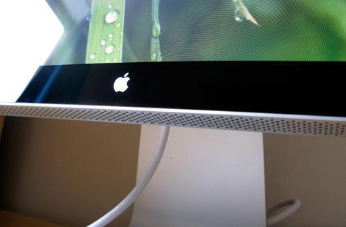 Apple's 24-inch LED Cinema Display gets unboxed, sure is glossy