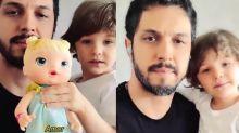 """Rômulo Estrela brinca com o filho de boneca: """"Registro afetivo da infância"""""""