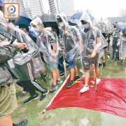 示威者拆五星旗鋪地踐踏