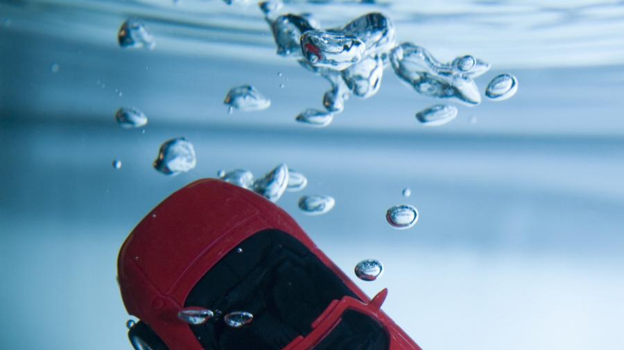 Accidente insólito... Ella y su Audi de 80 mil dólares quedaron en el fondo de la piscina