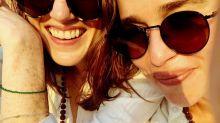 'Juego de Tronos': Unos monos roban a Emilia Clarke y Rose Leslie durante sus vacaciones en la India