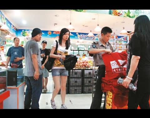 韋家雄為首次到橫店開工的葉翠翠做盲公竹,帶她到超市購物,但翠翠似乎唔多領情。