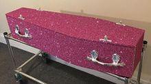 Empresa britânica oferece caixões cobertos de glitter para funerais em todo o mundo