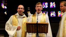 Bretagne : des prêtres chantent du Johnny pour renflouer le denier du culte