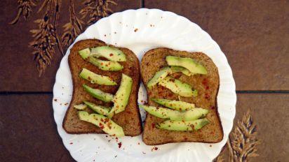 Schräge Dekoidee: Avocado-Toast als Christbaumschmuck