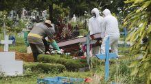 Idosos acompanham enterro de filha vítima de coronavírus a 20 metros de distância