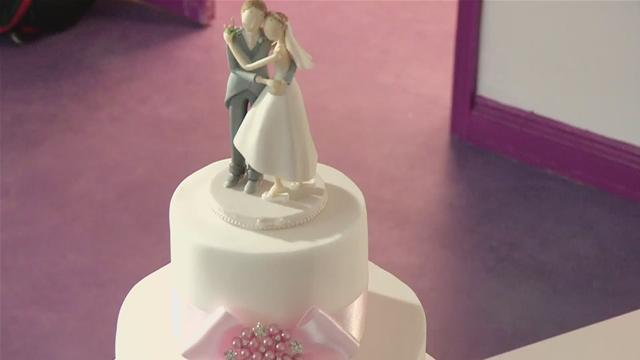 How To Decorate A Basic Wedding Cake