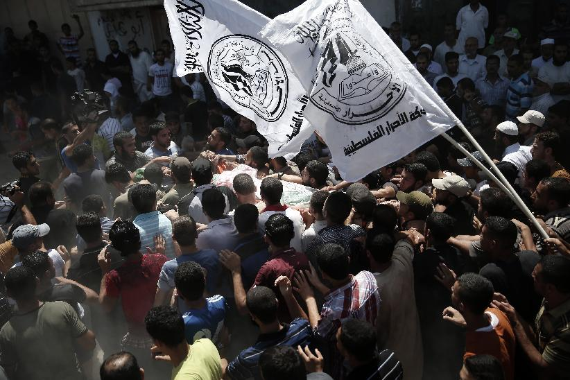 Palestinian Hamas supporters carry the body of one of three Hamas commanders killed in an Israeli military strike, during their funeral in Rafah, Gaza on August 21, 2014 (AFP Photo/Thomas Coex)