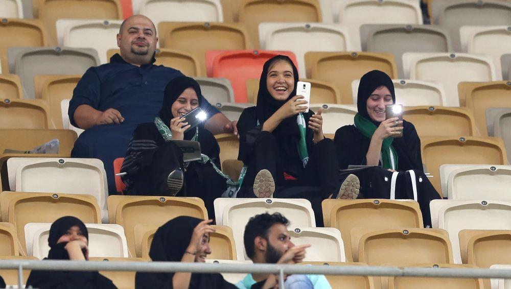 Mulheres assistem partida de futebol pela primeira vez em estádio na Arábia Saudita