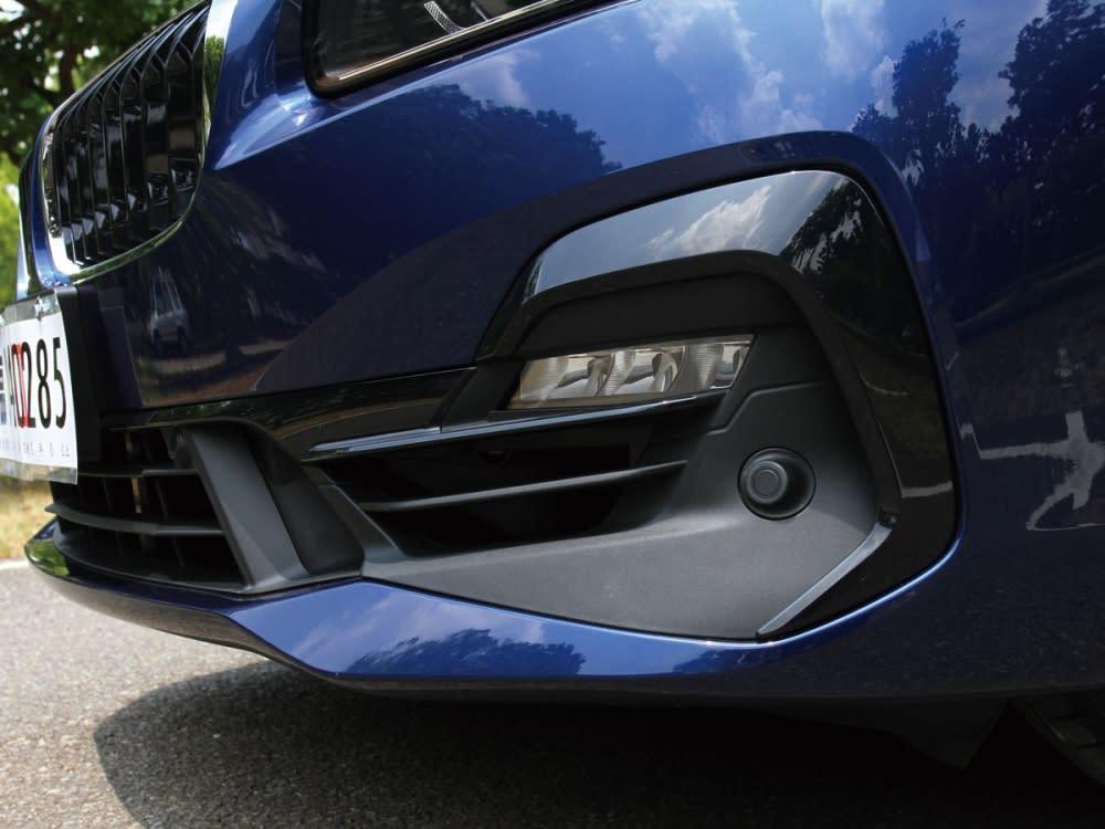 全新設計前保桿採不規則形狀開口,將霧燈及雷達整合其中。