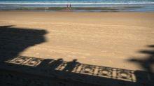 Espagne: positive au Covid-19, elle est arrêtée à la plage alors qu'elle faisait du surf