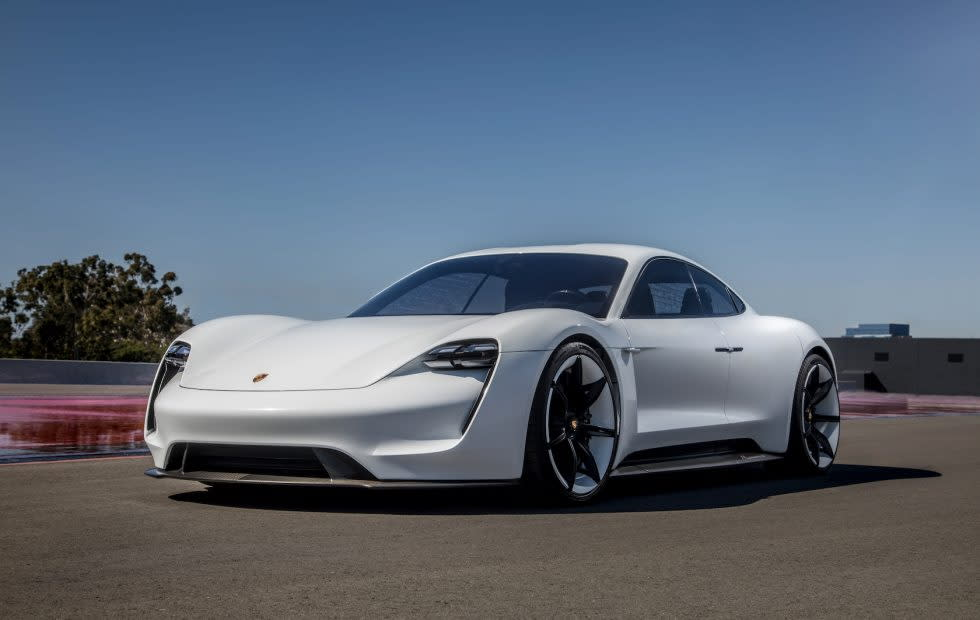 Porsche旗下首台全電動跑車名叫Taycan,Taycan代表一匹活潑、充滿能量的小馬(圖片來源:https://www.slashgear.com/porsche-taycan-mission-e-electric-car-official-name-availability-details-08533646/)