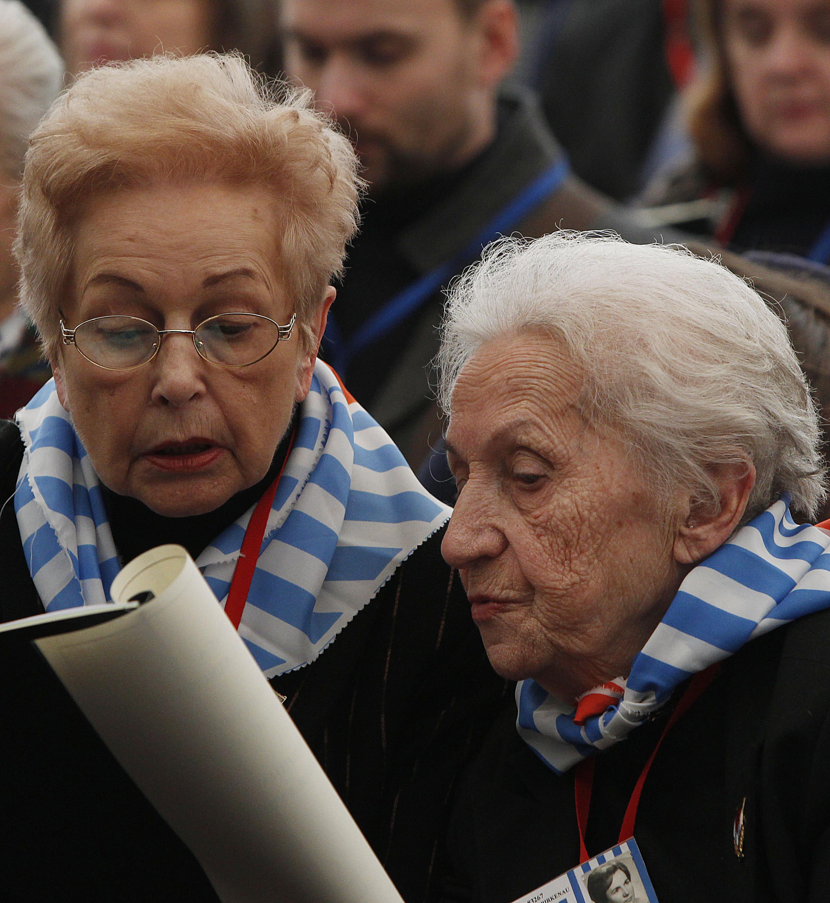 Sobrevivientes del campo de concentración de Auschwitz asisten a una ceremonia en Oswiecim, Polonia, el domingo 27 de enero de 2013, por el Día Internacional del Recuerdo del Holocausto. (AP Foto/Czarek Sokolowski)