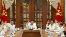 Reapareció Kim Jong-un, de blanco y con un cigarrillo en la mano, en medio de los rumores sobre su salud