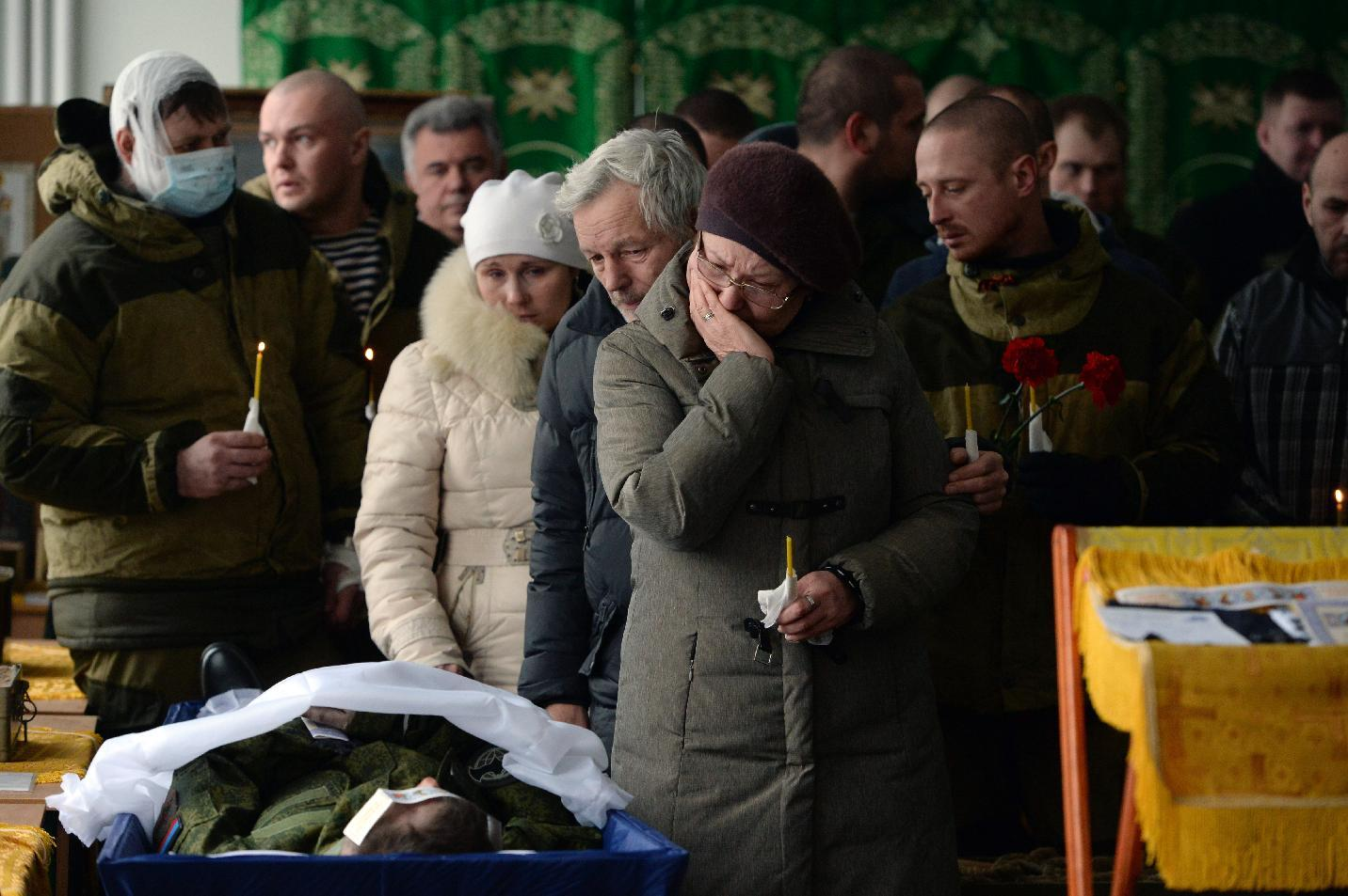 Pro-Russian separatists and relatives attend the funeral of several rebels at their military base in the eastern Ukrainian city of Donetsk on February 16, 2015 (AFP Photo/Vasily Maximov)