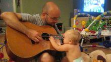 Bebê canta música de Bon Jovi com pai