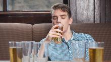 ¿Cuándo el hábito de beber socialmente se transforma en un problema?