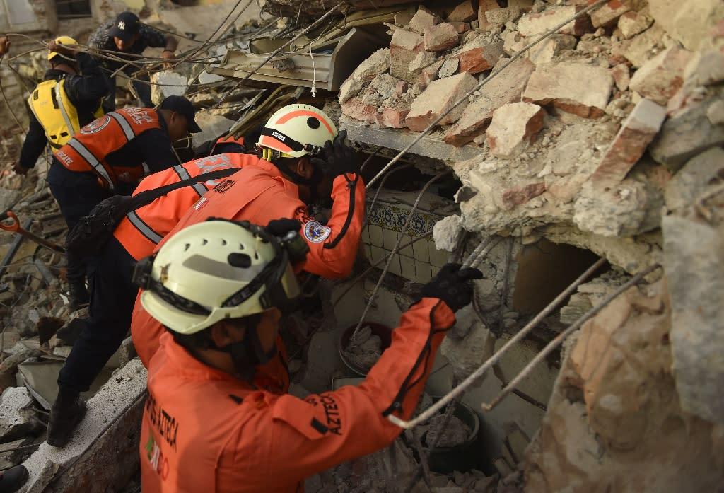 "Members of the ""Topos"" (Moles), a specialized rescue team, search for survivors in Juchitan de Zaragoza following the earthquake that hit Mexico (AFP Photo/PEDRO PARDO)"