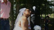 父母揀錯禮物!20歲少女同染血喪屍公仔結婚
