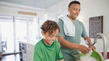 Los niños que ayudan en casa serían más exitosos. ¿Qué tareas asignarles según su edad?