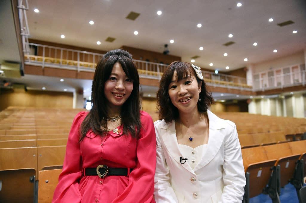Manami Kitao (L) and Megumi Ikatsu of Paix2 at the Kurobane prison, north of Tokyo on May 16, 2015 (AFP Photo/Toshifumi Kitamura)