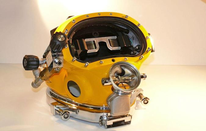 The US Navy just put a futuristic HUD in a diving helmet