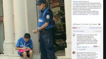 Conmovedor: policía enseña a niño en la calle a leer y escribir