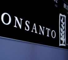 Monsanto offers cash to U.S. farmers who use controversial chemical