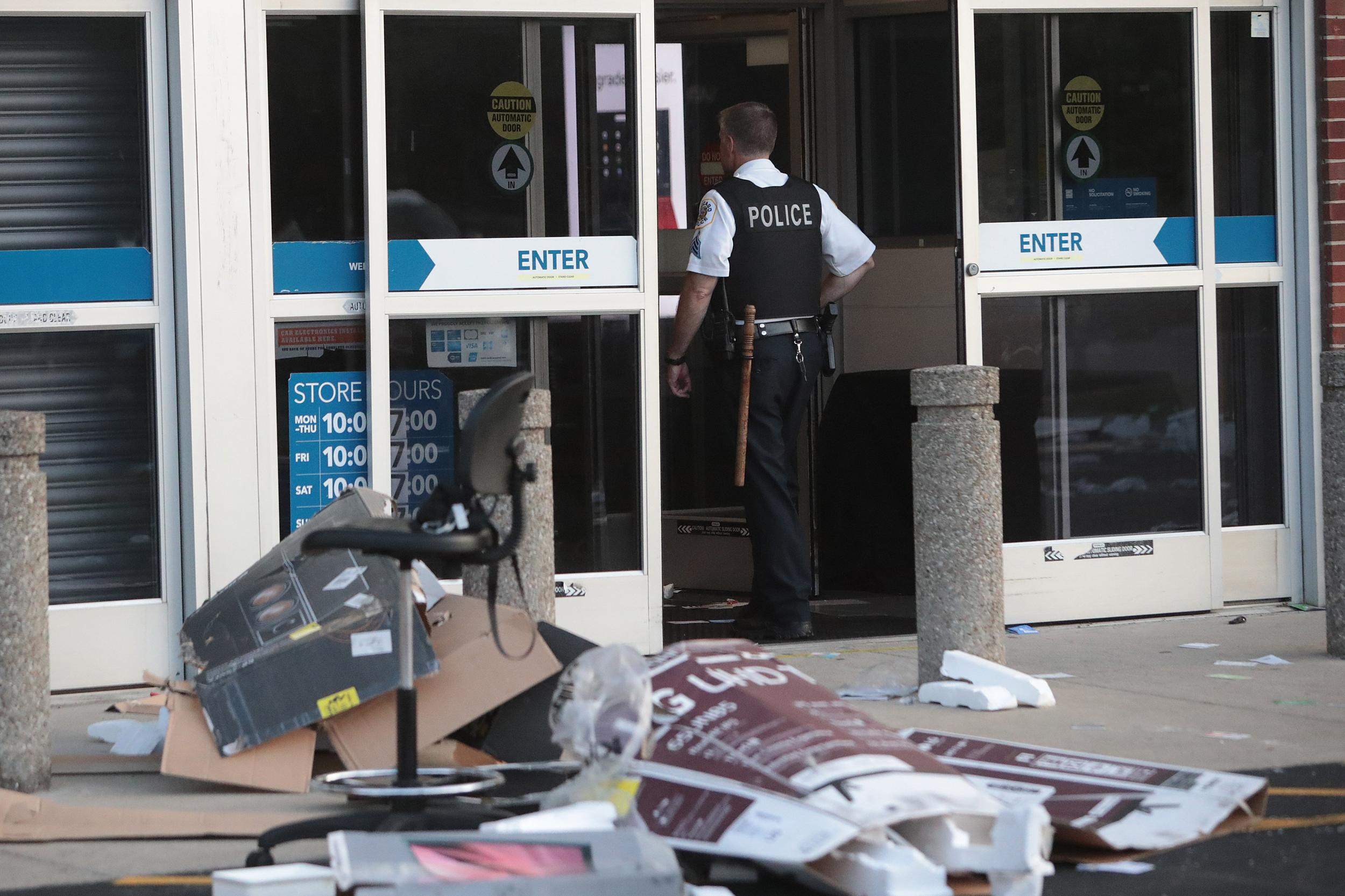 Mass looting breaks out in Chicago; shots fired, 100 arrested