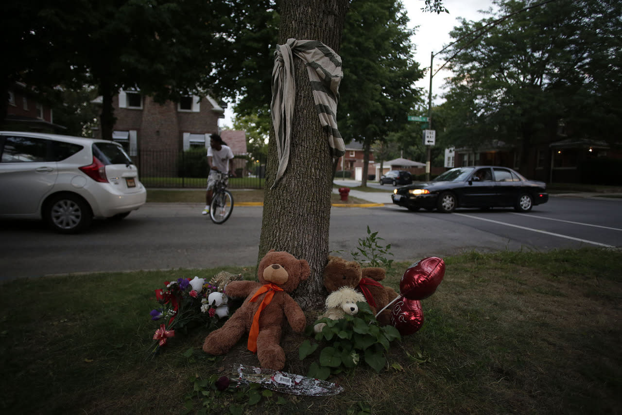 <p>A makeshift memorial with stuff animals and flowers is displayed under a tree for Paul O'Neal on August 5, 2016 in Chicago, Illinois. (Photo: Joshua Lott/Getty Images)</p>