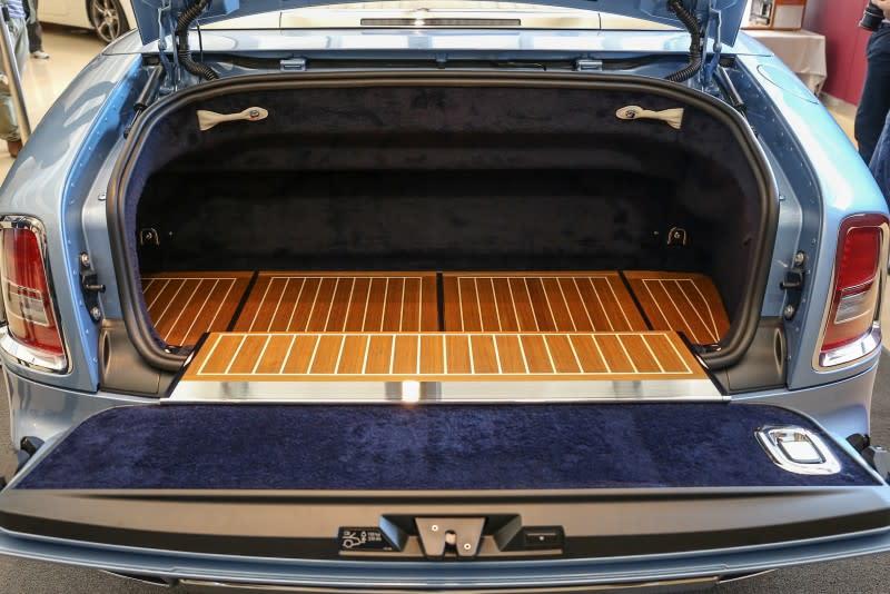 ▲後車廂一改往常由短羊毛地毯鋪墊,改以高級柚木板佐手繪白色線條為後車廂增添細膩柔美的甲板氛圍。