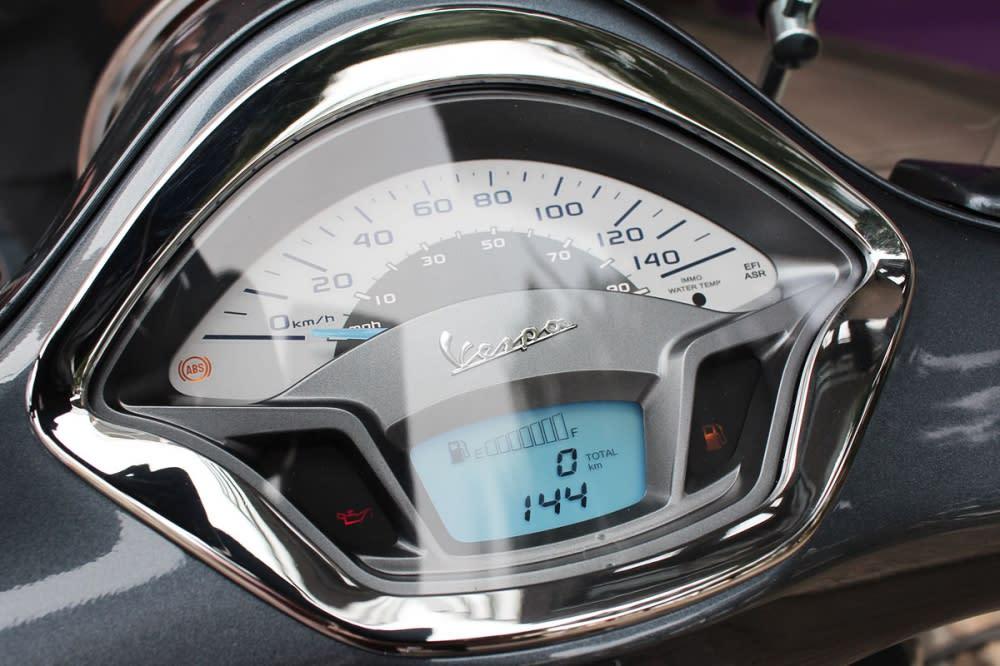 儀表修改為液晶與指針並行設計。