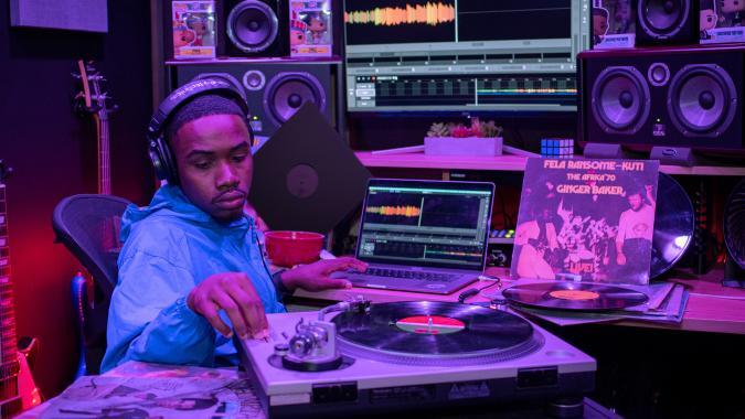 Producer Cor Don records vinyl directly into the Serato Studio app.