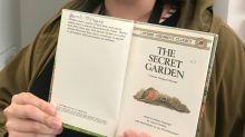 Frau entdeckt Buch aus ihrer Kindheit an einem ungewöhnlichen Ort