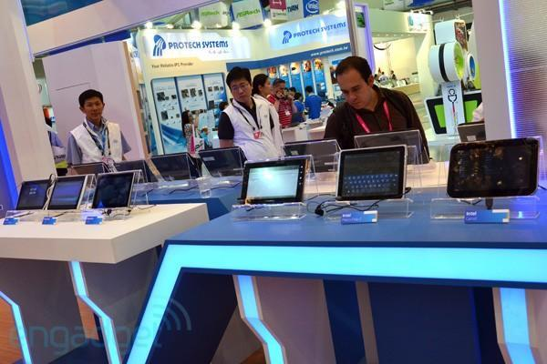 Intel shows off Oak Trail-based Android Honeycomb tablets, confirms Android Market support