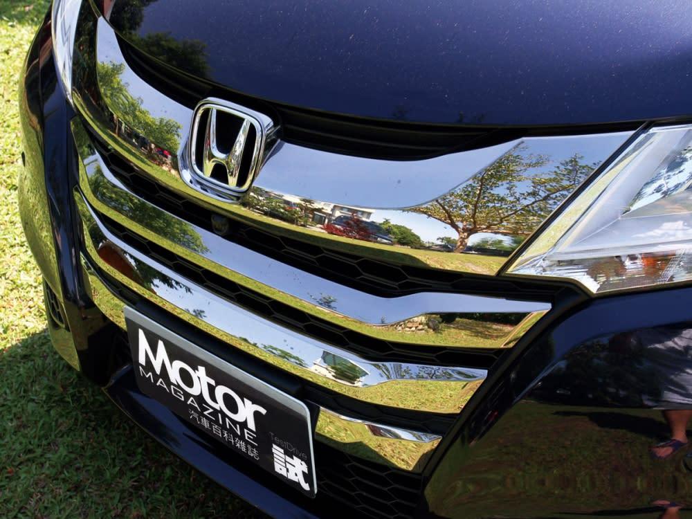 車頭部份採用大面積鍍鉻水箱護罩,營造出色的大器質感。