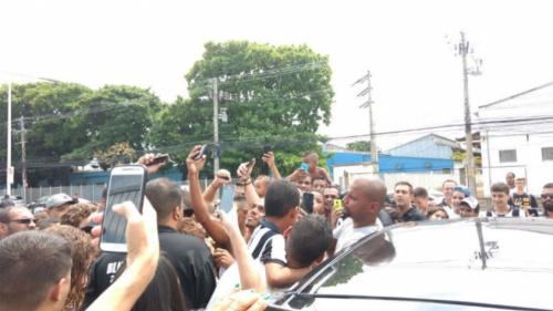 Aclamado pela torcida, Jefferson tem carro cercado no Nilton Santos