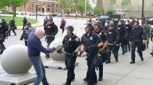 Etats-Unis : deux policiers suspendus après avoir blessé gravement un manifestant de 75 ans en provoquant sa chute