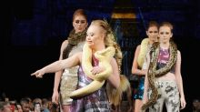 Madeline Stuart, ein Model mit Down-Syndrome, trägt echte Schlange als Schal