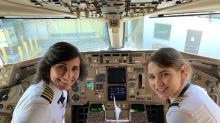 Inspiradora imagen de una madre y su hija al mando de un avión comercial