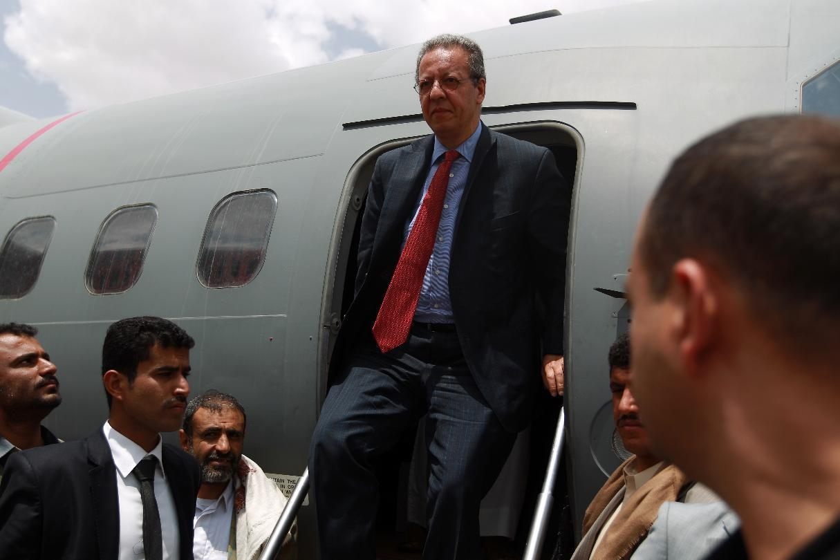 UN envoy to Yemen, Jamal Benomar, disembarks upon his arrival in the Shiite rebel stronghold of Saada on September 17, 2014 (AFP Photo/Mohammed Huwais)