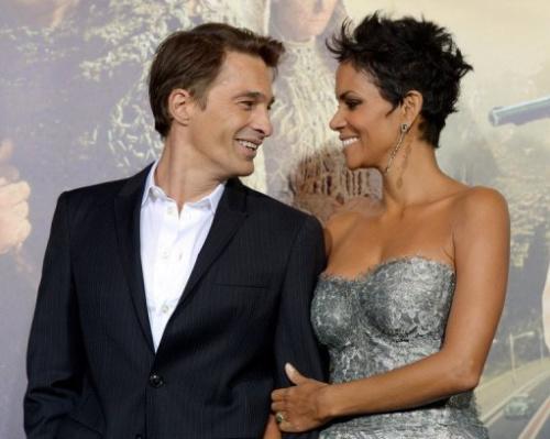 La actriz Halle Berry y su novio, el actor francés Olivier Martínez, el 24 de octubre de 2012 en Los Angeles