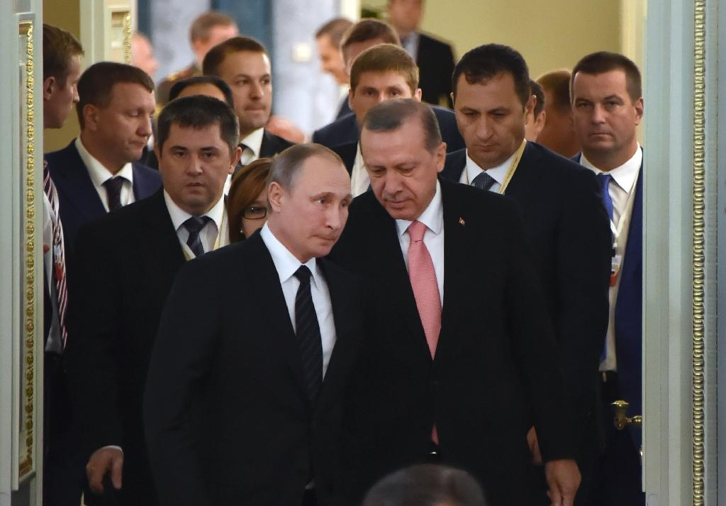 Russian President Vladimir Putin (C-L) and his Turkish counterpart Recep Tayyip Erdogan enter a hall to start their meeting with Russian and Turkish entrepreneurs, at Konstantinovsky Palace outside St. Petersburg, on August 9, 2016 (AFP Photo/Alexander Nemenov)